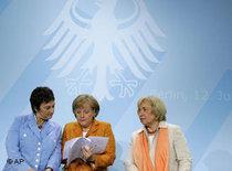 Bundeskanzlerin Angela Merkel, mitte, Bundesjustizministerin Brigitte Zypries, links, und die Beauftragte der Bundesregierung für Ausländerpolitik und Integration Maria Böhmer; Foto: AP