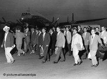 Türkische Bergarbeiter treffen 1961 auf dem Flughafen in Düsseldorf-Lohausen ein; Foto: dpa