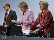 Arbeitsminister Olaf Scholz, Bundeskanzlerin Angela Merkel und Integrationsbeauftragte Maria Böhmer; Foto: AP