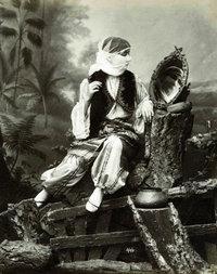 Studiofotografie einer verschleierten Frau; Foto: Sammlung Thomas Walther