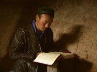 Wächter der Moschee Sultan-epe beim Studium des Korans; Foto: Edda Schlager