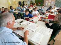 Lehrer und Schüler im Klassenzimmer; Foto: dpa