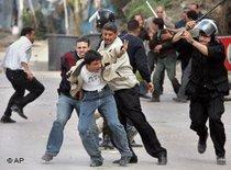 Koptische Demonstranten und Polizei-Einheiten; Foto: AP