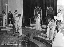 Lord Louis Mountbatten übergibt die Unabhängigkeitserklärung an Jawaharlal Nehru; Foto: dpa