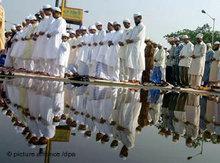 Indische Muslime beten in Kalkutta; Foto: dpa