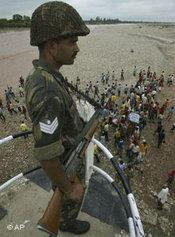 Ein indischer Soldat bei Protesten in Kaschmir; Foto: AP