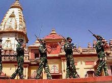 Indische Soldaten vor einem Tempel in Bhopal, Indien; Foto: AP