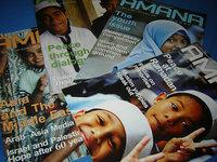 Titelblätter des AMANA-Magazins; Foto: AMAN