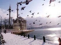 Bild der Schnee bedeckten Büyük Mecidiye-Moschee in Istanbul-Ortaköy; Foto: AP