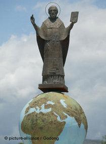 Eine Statue zeigt den heiligen Nikolaus auf einer Weltkugel in Myra, im Süden der Türkei; Foto: picture-alliance/Godong