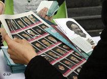 Verteilung von Flugblättern für reformistische Präsidenschaftskandidaten in Teheran; Foto: AP