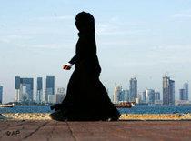 Eine verschleierte Frau vor der Skyline von Doha; Foto: AP