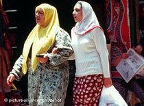 Frauen beim Einkauf in Kairo; Foto: picture alliance/photoshot