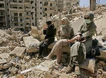 Frauen im Libanon vor zerstörten Häusern im September 2006; Foto: AP