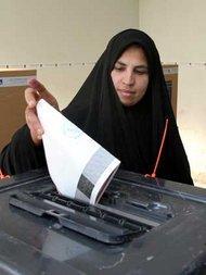 Irakerin bei der Stimmabgabe zum Verfassungsreferendum am 15.10.2005; Foto: AP