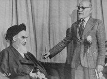 Mehdi Bazargan (rechts) im Gespräch mit Ayatollah Khomeini, Foto: AP