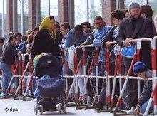 Türkische Immigranten vor deutscher Ausländerbehörde in Hamburg; Foto: dpa