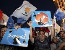 AKP-Anhänger nach den Wahlen 2007; Foto: AP