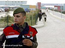 Türkischer Polizist vor Istanbuler Silivri-Gefängnis; Foto: dpa