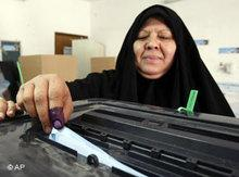 Irakerin bei der Wahl; Foto: AP