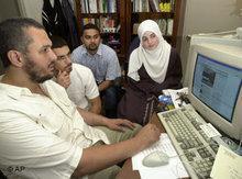 Junge Muslime in Europa vor einem Computer-Bildschirm; Foto: AP