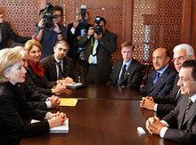 US-Außenministerin Hillary Clinton und Ägyptens Präsident Hosni Mubarak auf der Geberkonferenz in Sharm el-Sheikh; Foto: AP