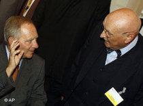 Innenminister Wolfgang Schäuble spricht mit dem Vorsitzende des Zentralrats der Muslime in Deutschland Ayyub Köhler; Foto: AP