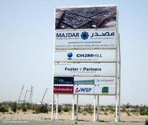 Baustellenschild von Masdar-City; Foto: dpa