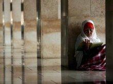 Muslima in der Istiqlal-Moschee in Jakarta liest den Koran; Foto: dpa
