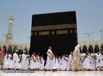 Pilger umkreisen die Ka'aba; Foto: picture alliance/dpa