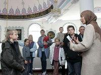 Besucher beim Tag der Offenen Moschee; Foto: AP