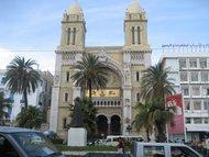 Christliche Kirche und Ibn Khaldoun-Denkmal in Tunis