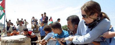 Palästinenser und Israelis bauen zusammen in Hebron Strassenblockaden ab; Foto: dpa