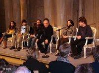 Barenboim bei einer Pressekonferenz des West-Eastern Orchestra; Foto: DW