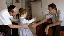 Menuha und ihr Vater treffen Ismael Khatib; Foto: Arsenal Filmverleih
