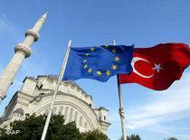 EU-Flagge und Türkei-Flagge vor Moschee ; Foto: AP