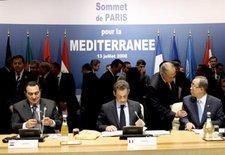 Mubarak, Sarkozy und Ban Ki Moon beim Gründungsgipfel der Mittelmeerunion in Paris; Foto: dpa