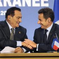 Ägyptens Premier Mubarak und Frankreichs Staatschef Sarkozy auf der Abschlusspressekonferenz des Gipfels in Paris; Foto: dpa