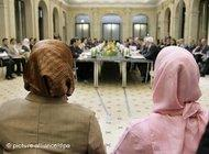 Two women wearing headscarves at the German Conference on Islam (photo: dpa)