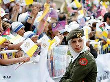 Katholiken jubeln Papst in Amman zu; Foto: AP