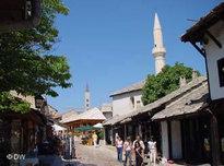 Moschee und Kathedrale im bosnischen Mostar; Foto: DW