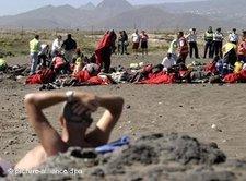 Flüchtlinge und Strandurlauber auf Teneriffa; Foto: dpa