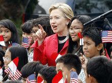 US-Außenministerin Hillary Rodham Clinton wird auf dem Flughafen Jakarta, Indonesien von Schulklasse empfangen; Foto: AP
