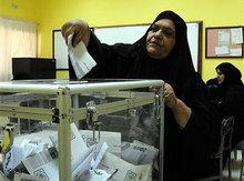 Eine kuwaitsche Wählerin bei der Stimmabgabe in Salwa; Foto: AP