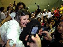Anhängerinnen der liberalen Kandidatin Aseel al-Ahwdi haben Grund zum Feiern; Foto: AP