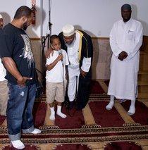 Kleiner Junge spricht muslimisches Glaubensbekenntnis in der Taqwa-Moschee; Foto: Semir Chouaibi