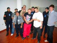 Posieren mit der Security Crew - für das Konzert wurde extra ein Team an Sicherheitskräften angemietet; Foto: Alfred Hackensberger
