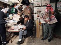 Ägypter verfolgen die Presse zur Obama-Rede; Foto: AP