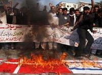 Demonstranten in Karatschi, Pakistan, verbrennen aus Protest gegen die Mohammed-Karikaturen dänische und israelische Flaggen; Foto: AP