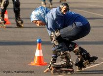 Junge Türkin auf Rollerblades; Foto: picture-alliance/dpa